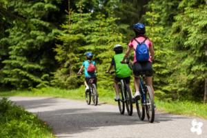 Frau mit zwei Kindern bei einer Radtour