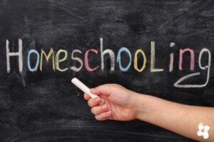Tafel mit Aufschrift Homeschooling