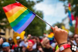 Hand mit Regenbogenflagge zum Pride Month