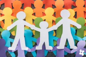 Papierfamilien in Regenbogenfarben (queer)