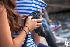 "Symbolbild zum ""MoviEUnited"" - European Video Award; Teenager mit Kamera"