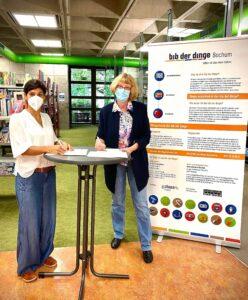Bibliothek der Dinge in Bochum: 2 Frauen stehen am Tisch
