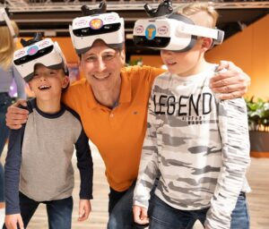 Odysseum: Mann und zwei Kinder mit VR Brillen