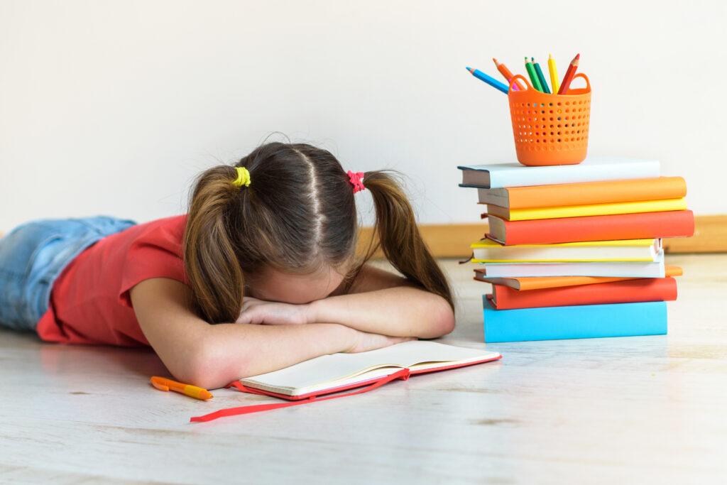 Leistungsdruck bei Schülern: Kind völlig erschöpft